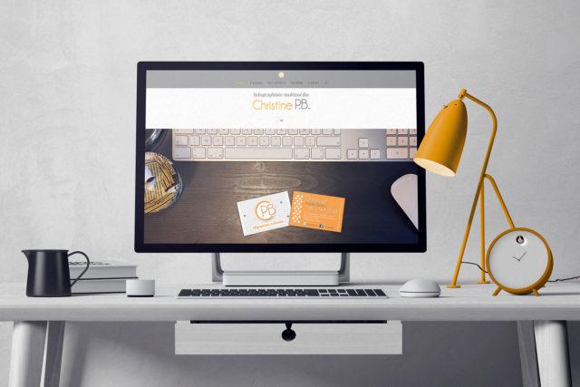 Cette image représente un bureau où est posé un écran d'ordinateur affichant la page d'accueil du site christinepb.fr