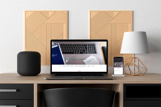 Cette image représente un bureau où est posé un ordinateur portable et un smartphone affichants le site concept-et-formation.fr